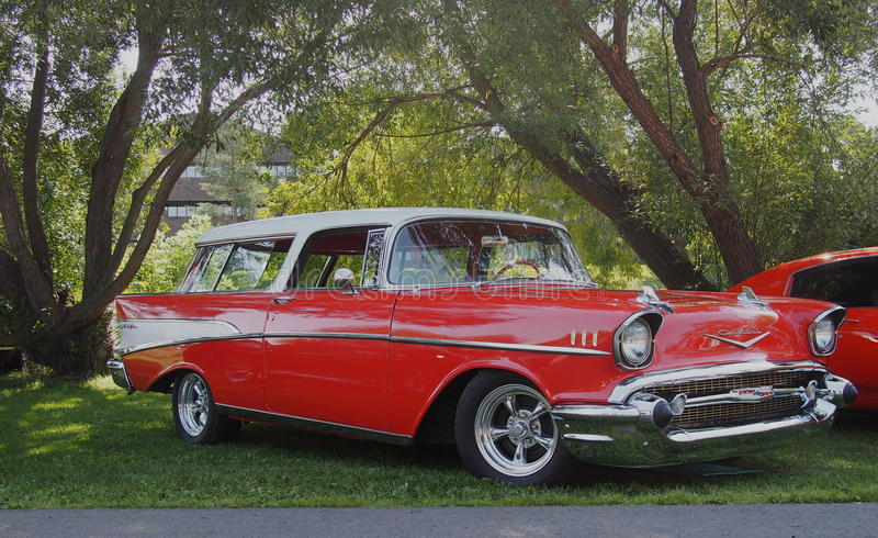 Αποκατεστημένο κλασικό κόκκινο και άσπρο βαγόνι εμπορευμάτων σταθμών Chevrolet στοκ φωτογραφίες