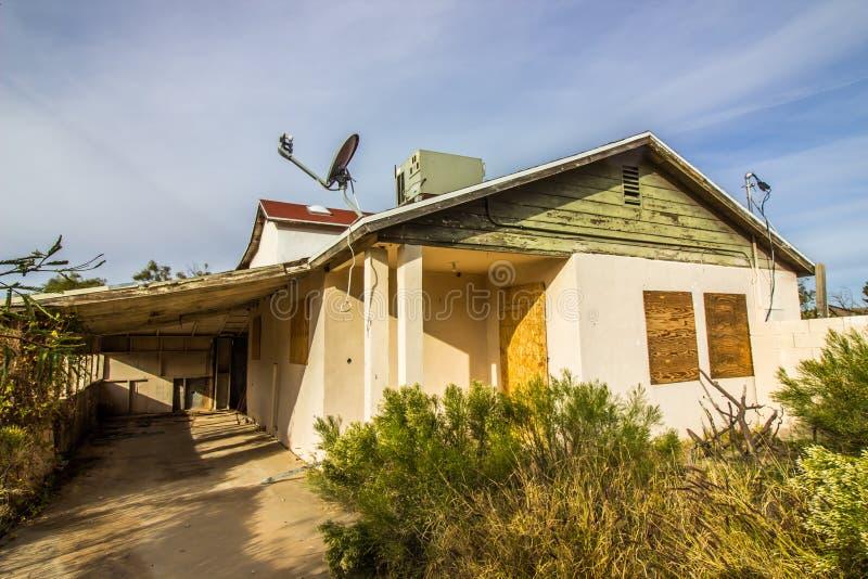 Αποκλειμένο σπίτι με επιβιβασμένος επάνω στις πόρτες & τα παράθυρα στοκ εικόνες με δικαίωμα ελεύθερης χρήσης
