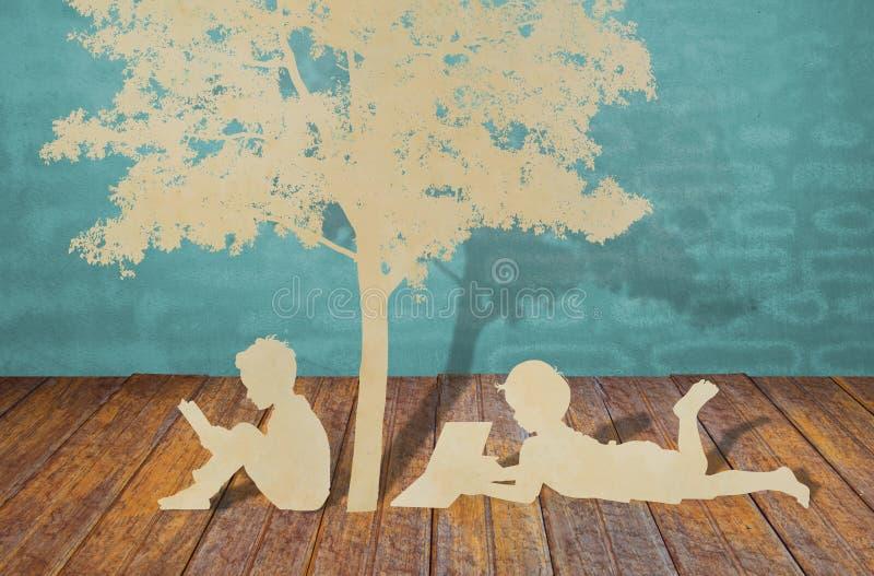 Αποκοπή εγγράφου των παιδιών κάτω από το δέντρο. στοκ φωτογραφία με δικαίωμα ελεύθερης χρήσης