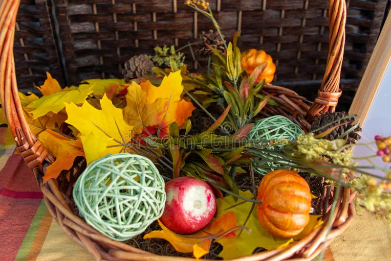 Αποκριές και διακοσμήσεις των Ευχαριστιών σε ένα σπίτι με χρώματα πτώσης, κολοκύθα, λαχανικά και ένα καλάθι διακοσμήσεων με ένα ε στοκ εικόνες με δικαίωμα ελεύθερης χρήσης