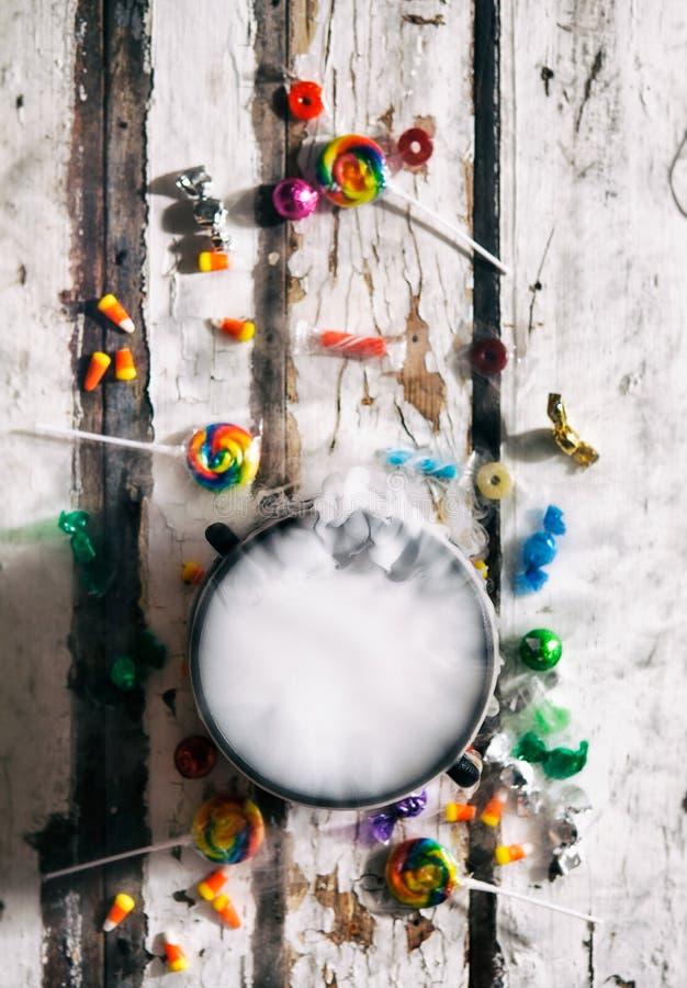 Αποκριές: Υπερυψωμένη άποψη του καζανιού φίλτρων και της καραμέλας διακοπών στοκ εικόνα