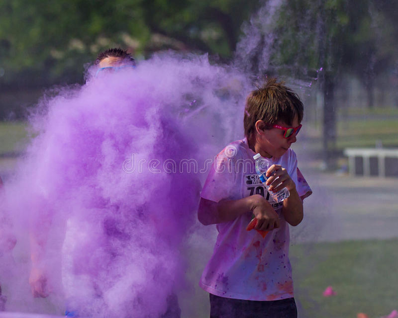 Αποκτημένο χρώμα παιδιών ακριβώς που βομβαρδίζεται στοκ εικόνες