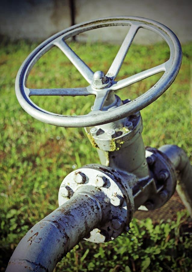 Αποκλεισμένη βαλβίδα για το κλείσιμο του αερίου στη βιομηχανική εγκατάσταση στοκ φωτογραφίες