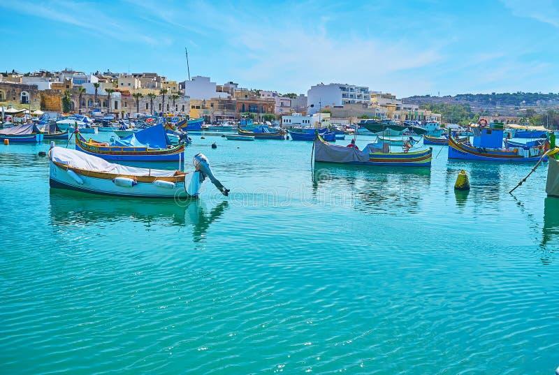 Απολαύστε τη θέα σχετικά με το λίκνισμα των βαρκών luzzu, Marsaxlokk στοκ εικόνες
