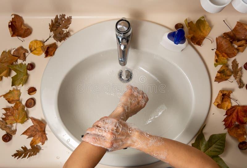 Απολύμανση των γυναικείων χεριών με νερό και σαπούνι στοκ φωτογραφία