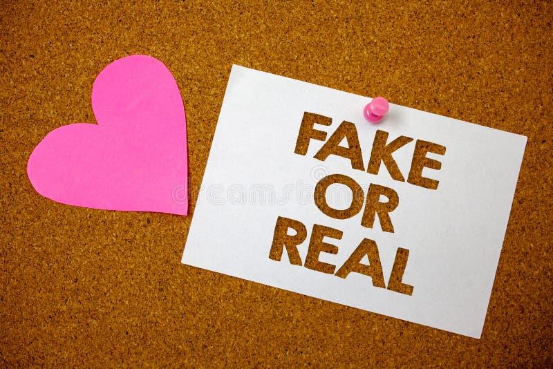 Απομίμηση κειμένων γραφής ή πραγματικός Έννοια που σημαίνει τον έλεγχο εάν τα προϊόντα είναι αρχικά ή μην ελέγχοντας τη ρόδινη κα στοκ φωτογραφία με δικαίωμα ελεύθερης χρήσης