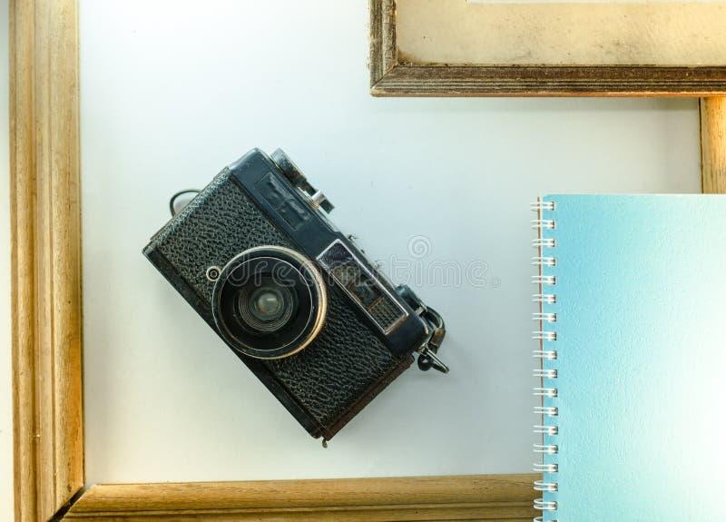 Απομνημονεύματα, ημερολόγια, κάμερες, άσπρο σημειωματάριο υποβάθρου πλαισίων στοκ φωτογραφίες