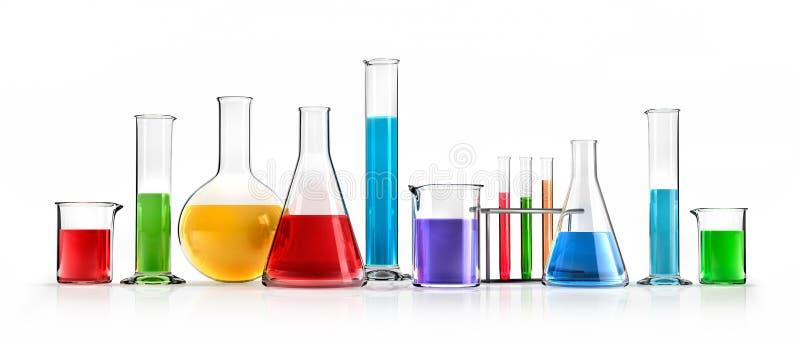 Απομονωμένα διαφορετικά εργαστηριακά γυαλικά με τα χρωματισμένα υγρά ελεύθερη απεικόνιση δικαιώματος