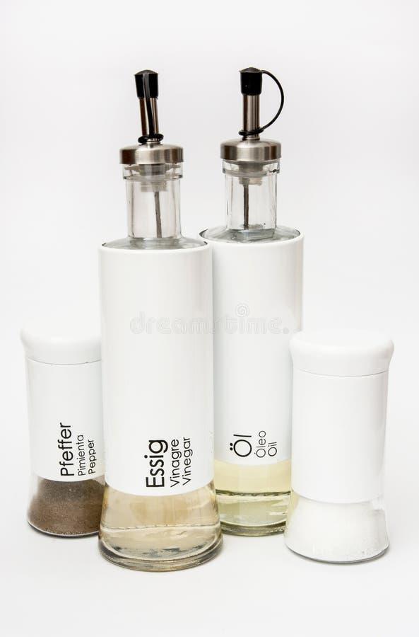Απομονωμένα μπουκάλια πιπεριών, αλατιού, ξιδιού και ελαίου στοκ φωτογραφίες με δικαίωμα ελεύθερης χρήσης