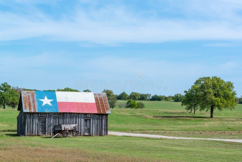 Απομονωμένα σιταποθήκη και αγρόκτημα του Τέξας αστεριών στοκ εικόνες