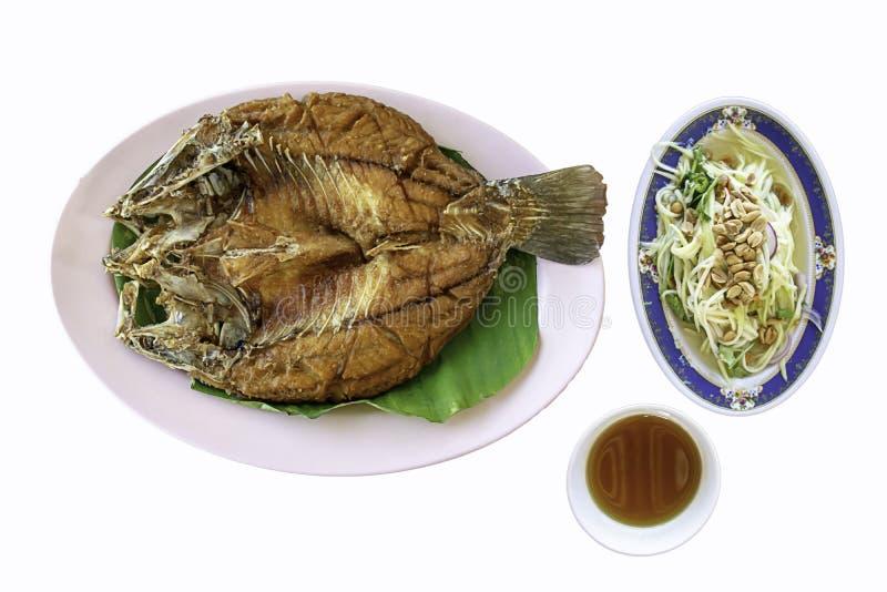 Απομονωμένα τηγανισμένα snapper ψάρια με τη σάλτσα θαλασσινών και λαχανικά στο πιάτο σε ένα άσπρο υπόβαθρο με το ψαλίδισμα της πο στοκ φωτογραφία με δικαίωμα ελεύθερης χρήσης