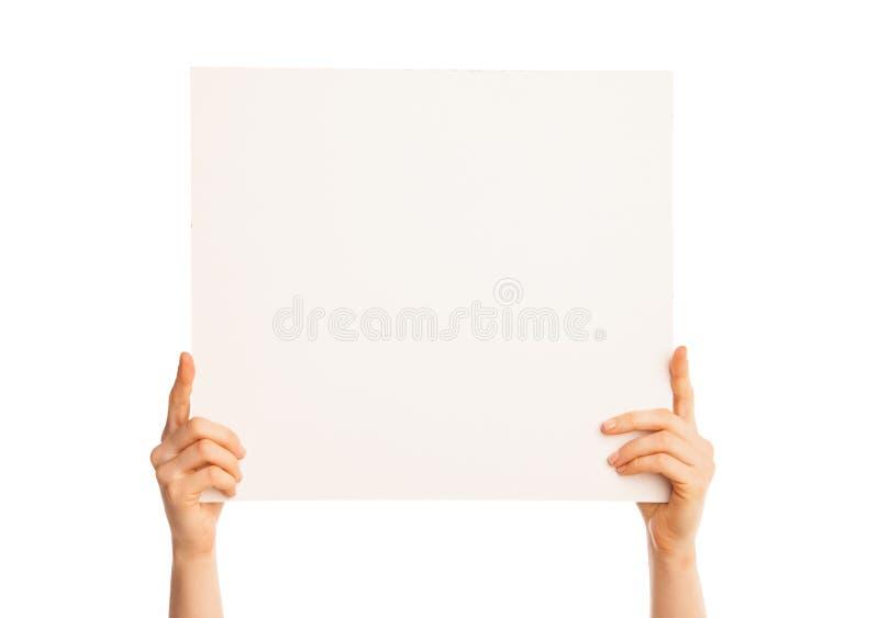 Απομονωμένα χέρια που κρατούν ένα μεγάλο κομμάτι χαρτί στοκ εικόνες