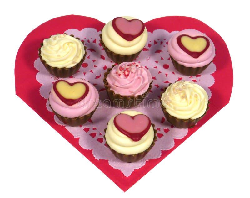 Απομονωμένες καρδιές του chocolat σε χαρτί δαντελλών στοκ εικόνες