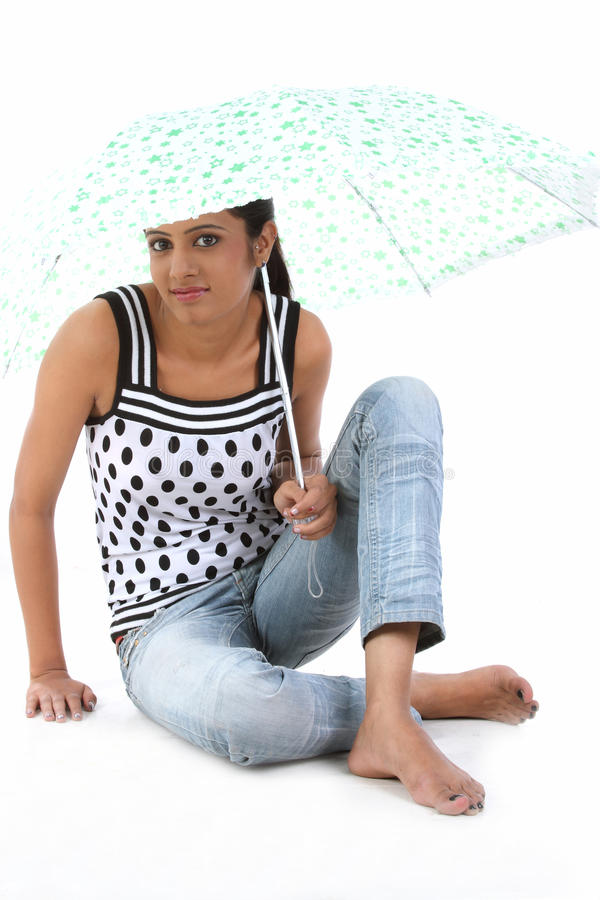 Download απομονωμένες νεολαίες &ga στοκ εικόνες. εικόνα από βροχή - 13186298