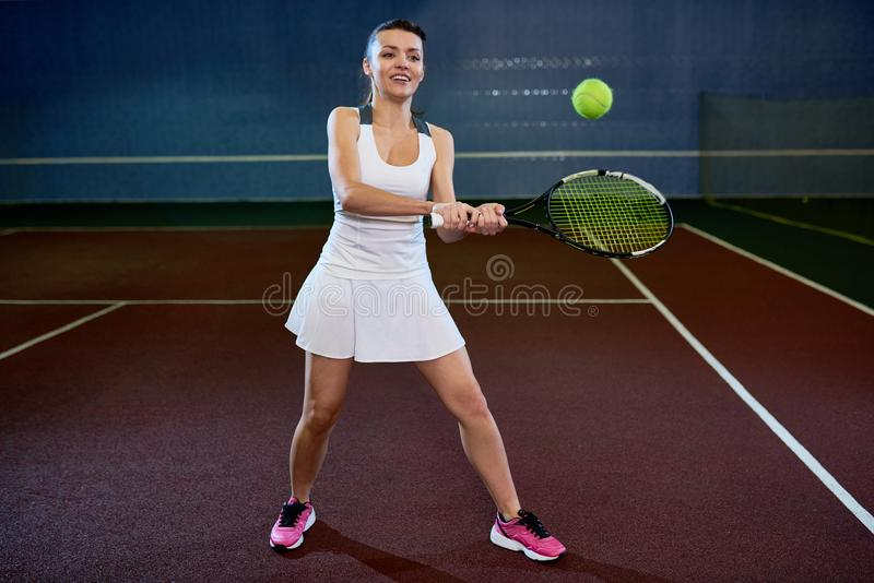 απομονωμένες παίζοντας νεολαίες λευκών γυναικών αντισφαίρισης στοκ εικόνες με δικαίωμα ελεύθερης χρήσης