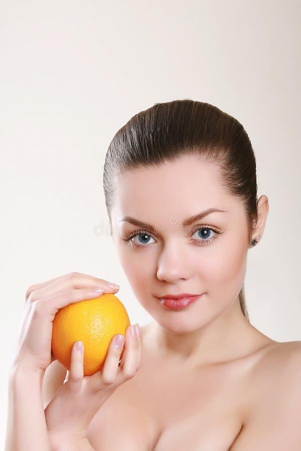 απομονωμένες πορτοκαλιές νεολαίες λευκών γυναικών στοκ εικόνες