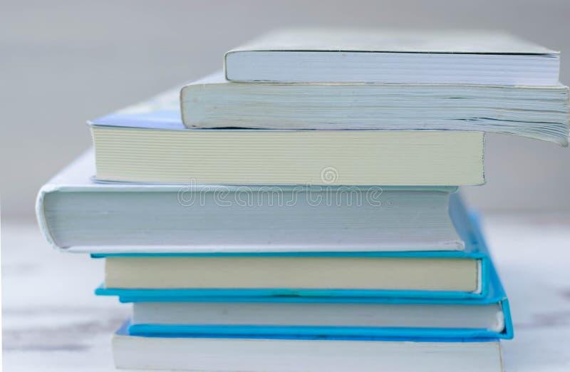 απομονωμένη βιβλία στοίβα σειράς Βιβλία Χαλασμένος, ομάδα στοκ φωτογραφία
