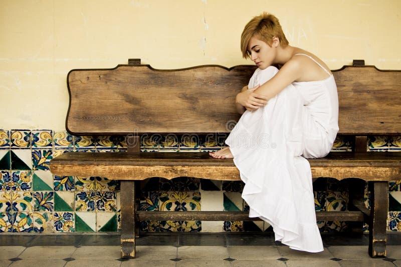 απομονωμένη γυναίκα πάγκων στοκ φωτογραφία