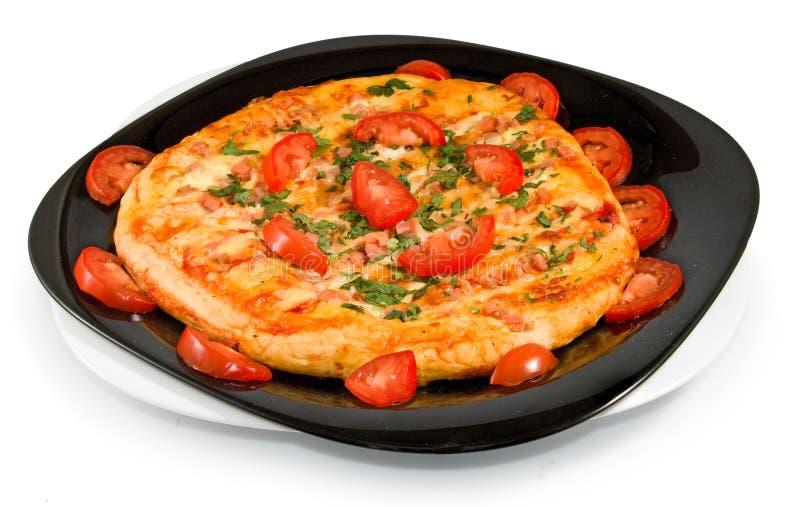 Απομονωμένη εικόνα μιας νόστιμης πίτσας σε μια κινηματογράφηση σε πρώτο πλάνο πιάτων στοκ εικόνες