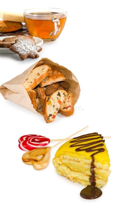Απομονωμένη εικόνα του φλυτζανιού του τσαγιού και των διάφορων γλυκών στοκ εικόνες