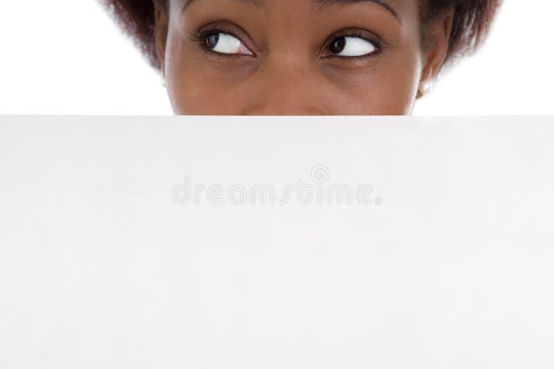 Απομονωμένη κινηματογράφηση σε πρώτο πλάνο από το αφρικανικό πορτρέτο γυναικών στο λευκό. στοκ φωτογραφίες με δικαίωμα ελεύθερης χρήσης