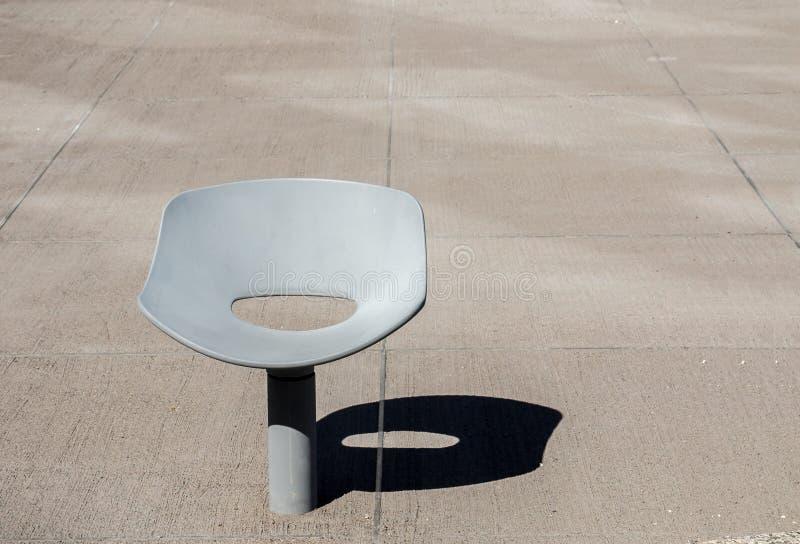 Απομονωμένη μεταλλική καρέκλα που βυθίζεται στο συγκεκριμένο ναυπηγείο στοκ εικόνες