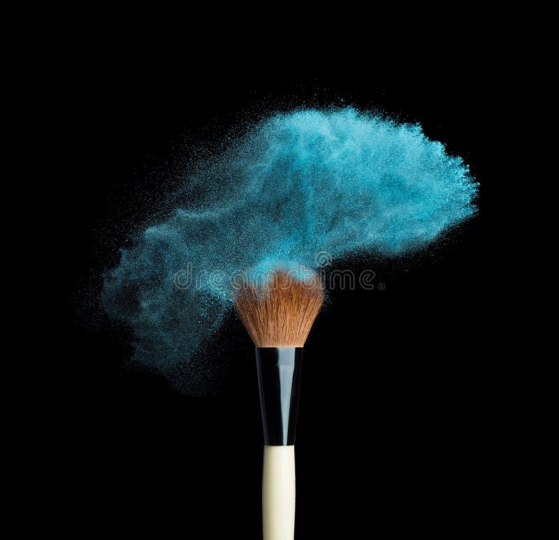 Απομονωμένη μπλε σκόνη σύνθεσης με τη βούρτσα στο Μαύρο στοκ εικόνα