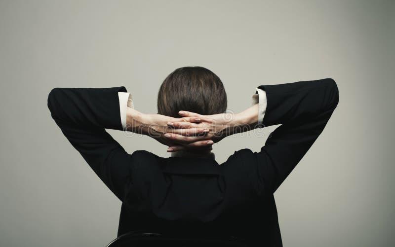 Απομονωμένη νέα χαλάρωση επιχειρησιακών γυναικών στοκ φωτογραφία με δικαίωμα ελεύθερης χρήσης