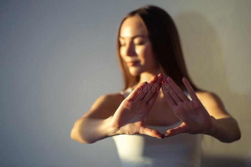 απομονωμένη χέρια προσευχή ευγνωμοσύνης ανασκόπησης που συμβολίζει μαζί τη λευκή γυναίκα Mudra στοκ εικόνα με δικαίωμα ελεύθερης χρήσης