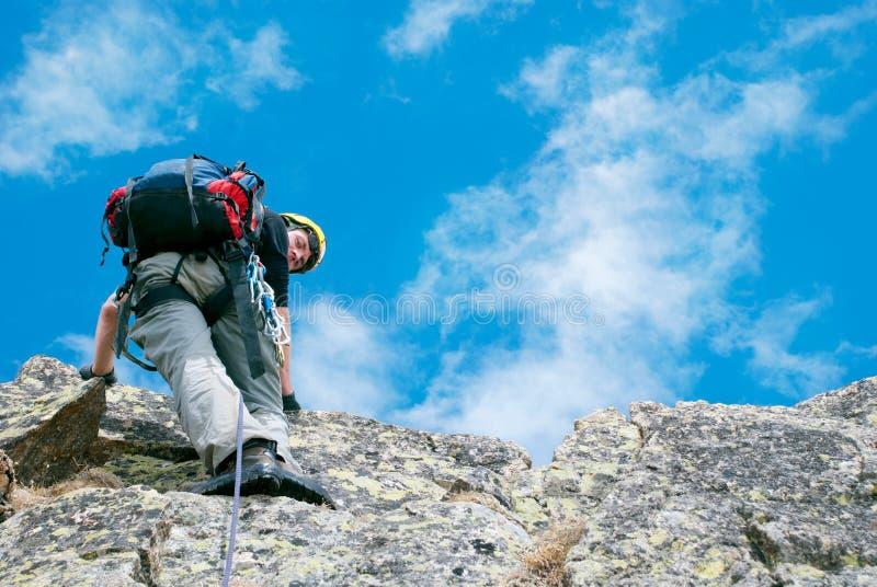 Απομονωμένος αρσενικός ορειβάτης βουνών στην κορυφή στοκ εικόνες με δικαίωμα ελεύθερης χρήσης