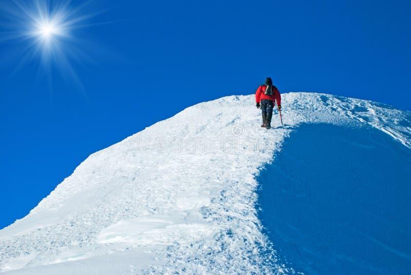 Απομονωμένος αρσενικός ορειβάτης βουνών στην κορυφή στοκ φωτογραφίες με δικαίωμα ελεύθερης χρήσης