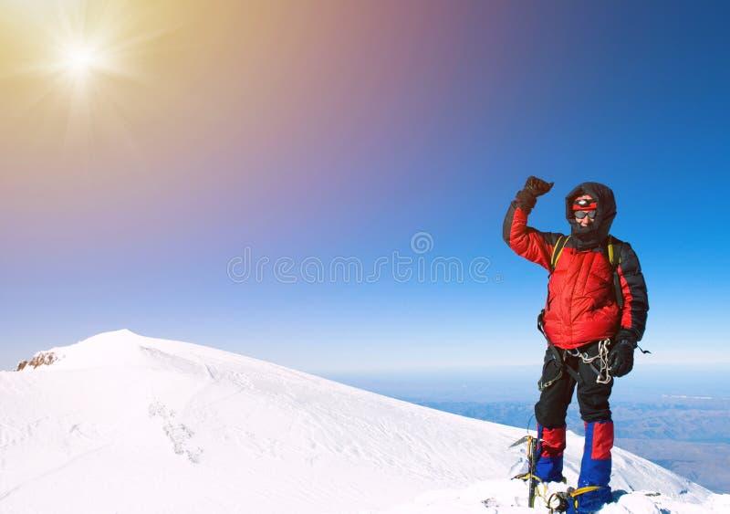 Απομονωμένος αρσενικός ορειβάτης βουνών στην κορυφή στοκ εικόνες
