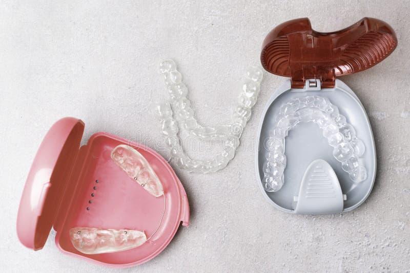 Απομονωμένος διαφανής ευθυγραμμιστής προσθέσεων δοντιών με το κιβώτιό του στοκ φωτογραφία με δικαίωμα ελεύθερης χρήσης