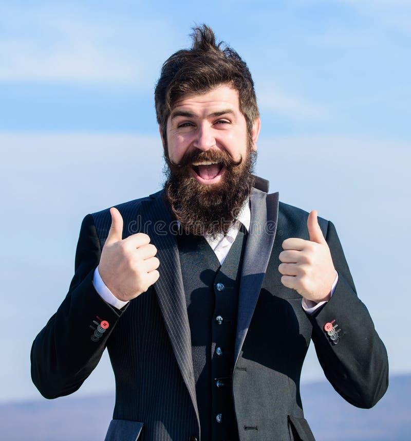 απομονωμένος ο Μαύρος αντίχειρας ανασκόπησης επάνω μελλοντική επιτυχία Αρσενική επίσημη μόδα Βάναυσο καυκάσιο hipster με το moust στοκ φωτογραφία με δικαίωμα ελεύθερης χρήσης