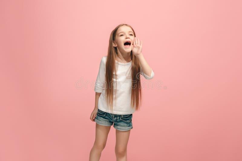 Απομονωμένος ρόδινο νέο περιστασιακό να φωνάξει κοριτσιών εφήβων στο στούντιο στοκ εικόνες