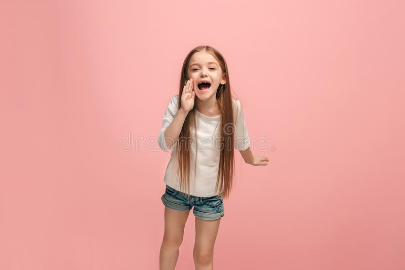 Απομονωμένος ρόδινο νέο περιστασιακό να φωνάξει κοριτσιών εφήβων στο στούντιο στοκ φωτογραφία με δικαίωμα ελεύθερης χρήσης