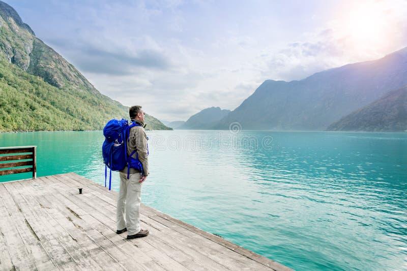 Απομονωμένος ταξιδιώτης στο εθνικό πάρκο Νορβηγία Jotunheimen στοκ εικόνες