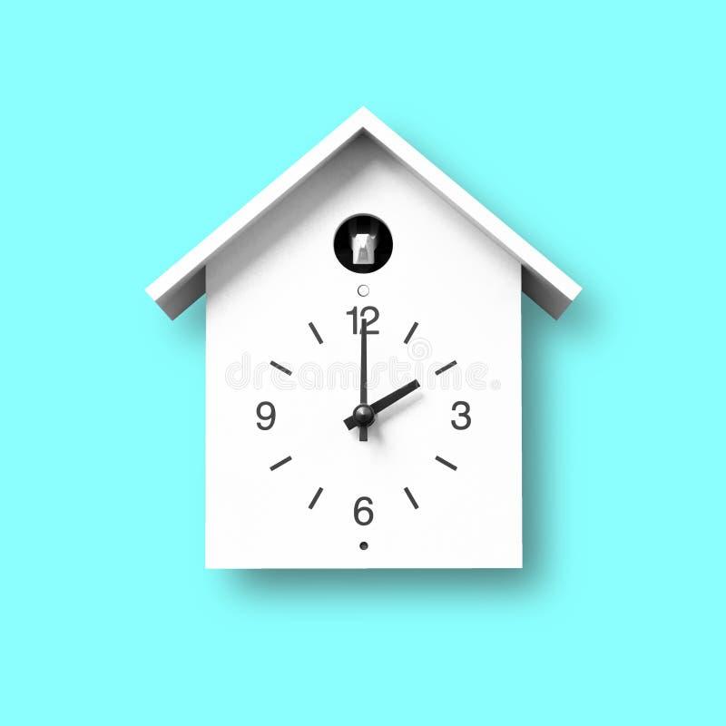 Απομονωμένο άσπρο αντικείμενο, εκλεκτής ποιότητας ρολόι τοίχων με το ύφος birdhouse στο χρυσό ξύλινο υπόβαθρο τοίχων σχεδίων στοκ εικόνες
