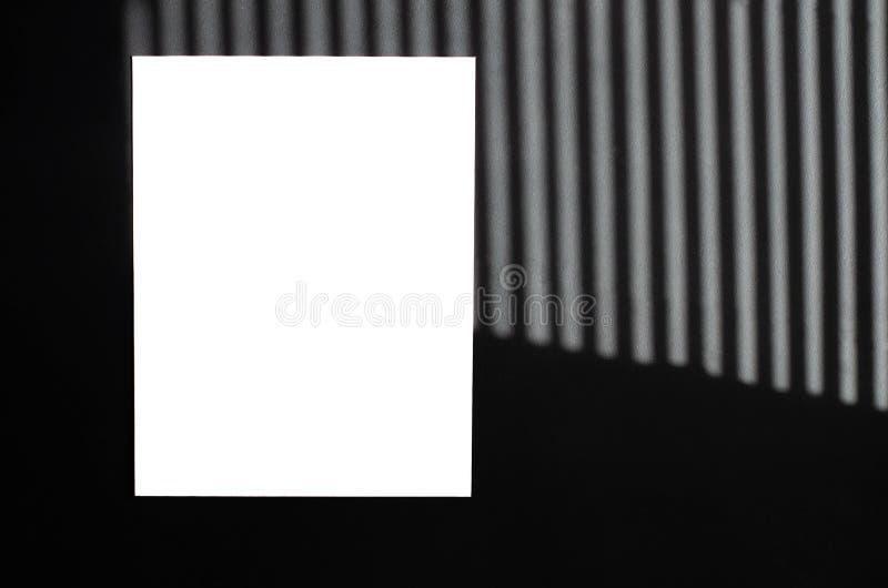 Απομονωμένο άσπρο φύλλο του εγγράφου για ένα μαύρο υπόβαθρο στοκ εικόνα με δικαίωμα ελεύθερης χρήσης