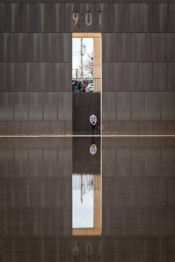 Απομονωμένο άτομο και αντανάκλαση στο εθνικό μνημείο Πόλεων της Οκλαχόμα στοκ εικόνα