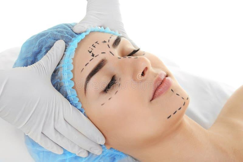 απομονωμένο έννοια λευκό πλαστικής χειρουργικής Ειδικός που ελέγχει το πρόσωπο στοκ φωτογραφίες
