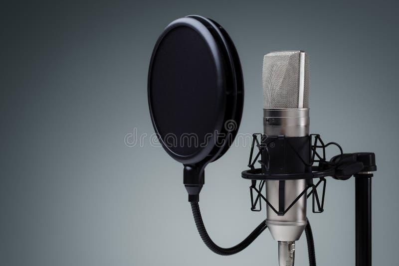 απομονωμένο ανασκόπηση λευκό στούντιο μικροφώνων στοκ εικόνα με δικαίωμα ελεύθερης χρήσης