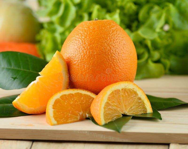 απομονωμένο ανασκόπηση πορτοκαλί λευκό φετών στοκ εικόνες με δικαίωμα ελεύθερης χρήσης