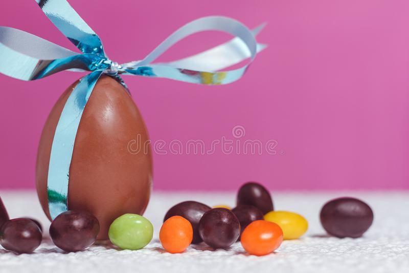 απομονωμένο αντικείμενο αυγών Πάσχας σοκολάτας στοκ φωτογραφία