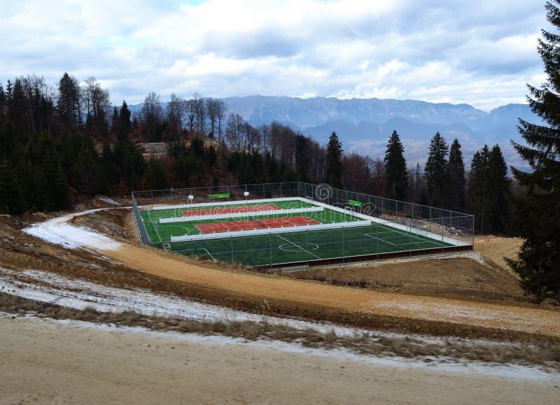 Απομονωμένο γήπεδο αντισφαίρισης στα βουνά στοκ εικόνες
