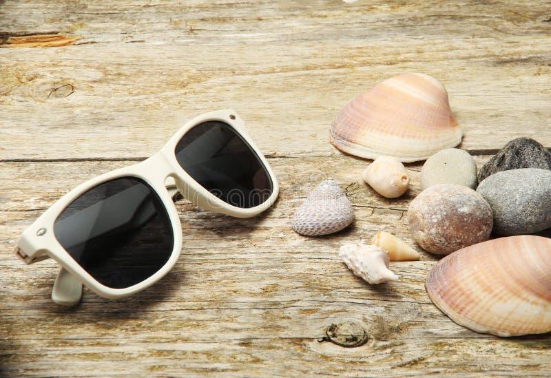 απομονωμένο γυαλιά λευκό ήλιων στοκ φωτογραφίες