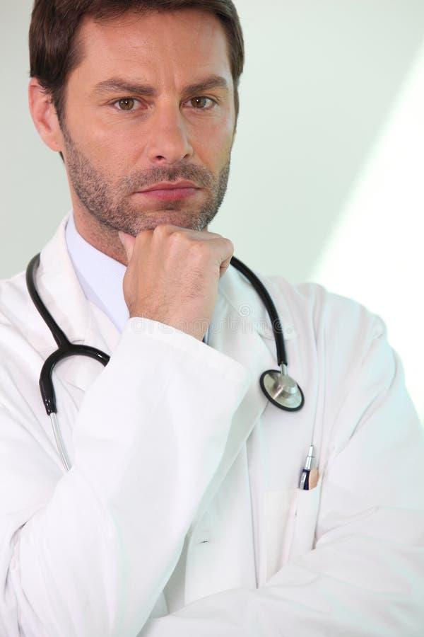 απομονωμένο λευκό ανασκόπησης που ανησυχείται γιατρός αρσενικό στοκ εικόνα με δικαίωμα ελεύθερης χρήσης