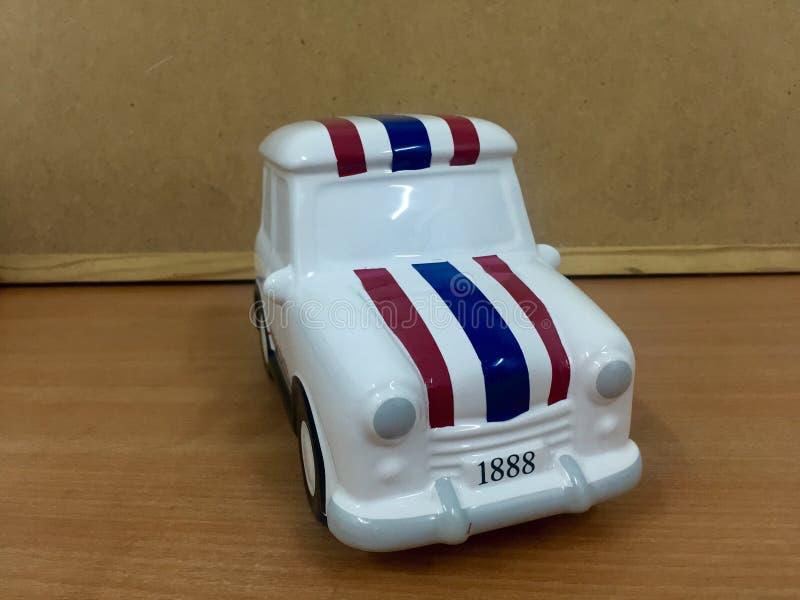 απομονωμένο λευκό παιχνιδιών ανασκόπησης αυτοκίνητο στοκ φωτογραφίες