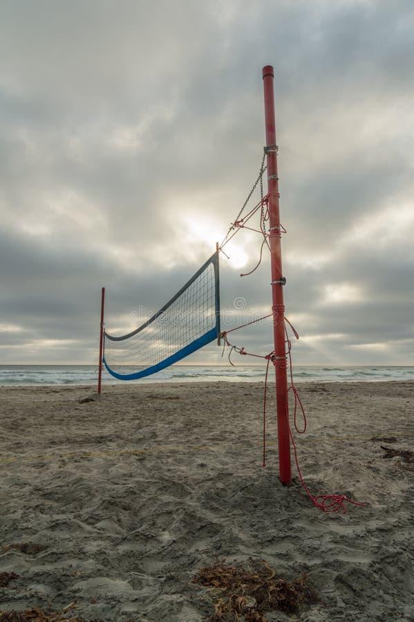απομονωμένο λευκό πετοσφαίρισης ανασκόπησης παραλία στοκ φωτογραφία