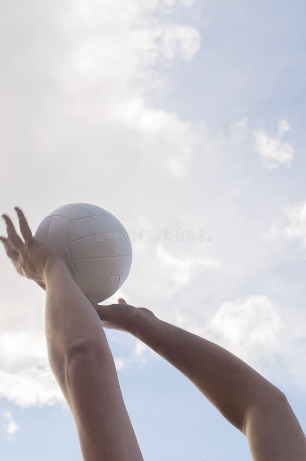 απομονωμένο λευκό πετοσφαίρισης ανασκόπησης παραλία στοκ εικόνες